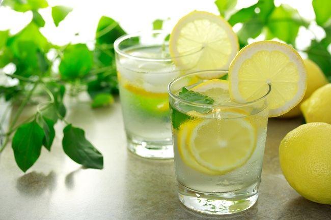 Air lemon hangat di pagi hari